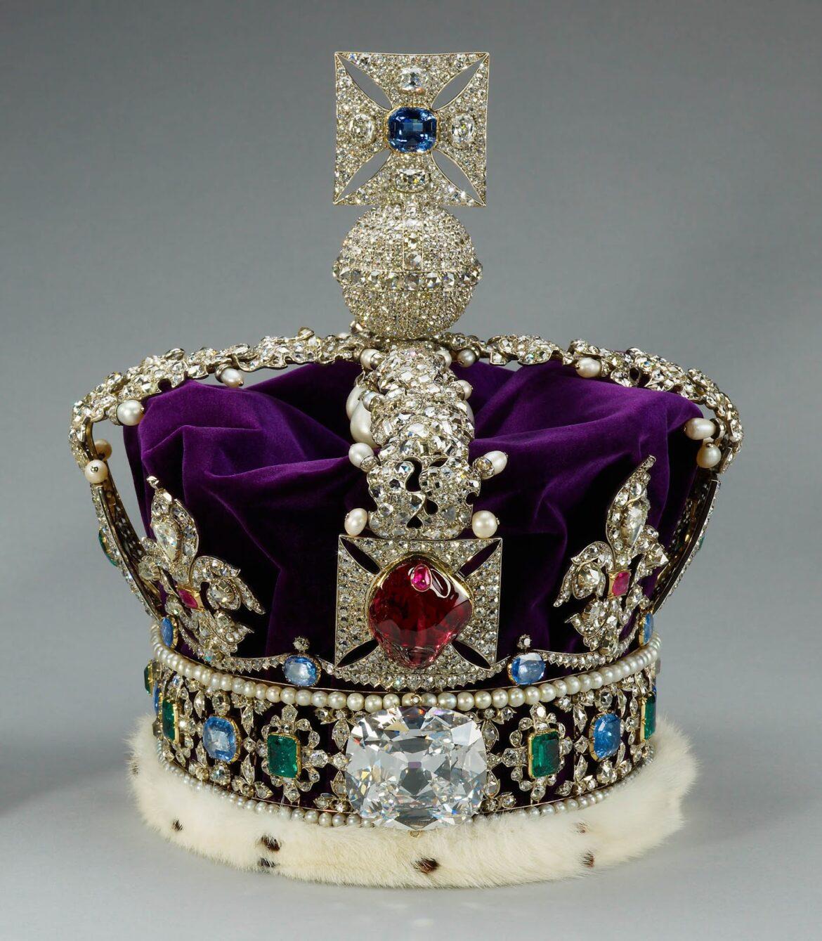 Ile waży korona królowej Elżbiety II?