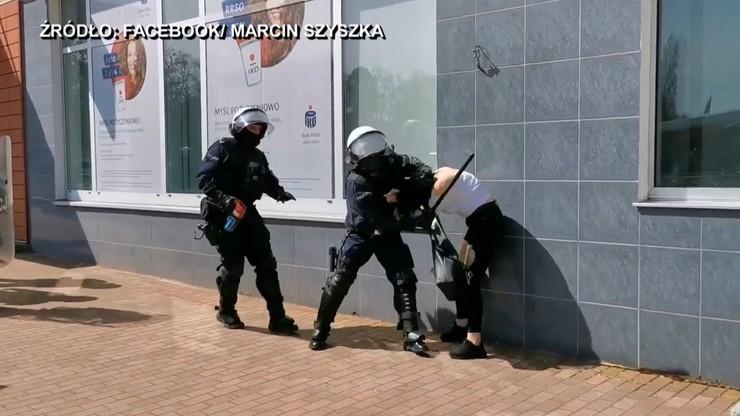 Głogów. Interwencja policji podczas protestu. Kobieta powalona na ziemię