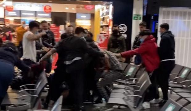 Bójka na lotnisku w Luton. Cztery osoby ranne, trzy poważnie