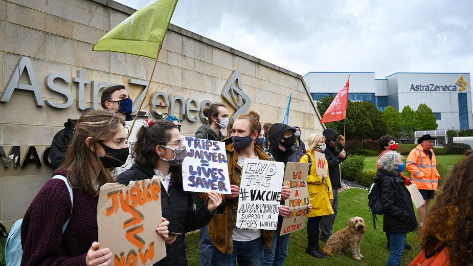 Protesty przed siedzibami AstryZeneki w Wielkiej Brytanii. Aresztowano kilka osób